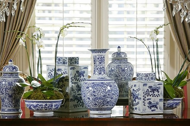 Blue white chinoiserie style theories for Decorating with blue and white pottery